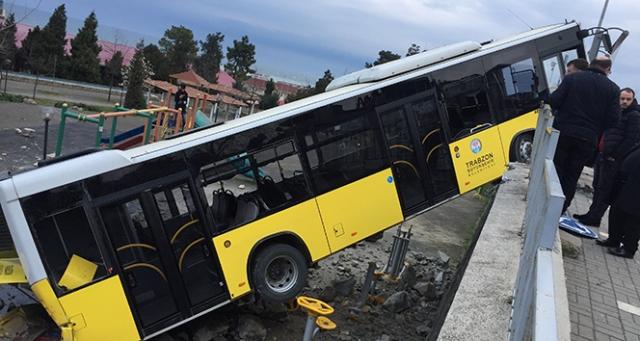 İhtiyaç molası için rampada bırakılan belediye otobüsü kayarak çocuk parkına düştü