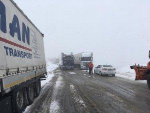 Tendürek Dağın'da kar ve tipi trafikte aksamalara neden oluyor