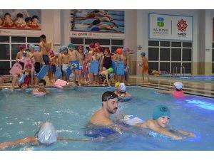Köy çocukları ilk defa havuzda yüzdü