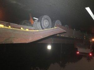 Yeşilköy'de TIR'daki konteyner yola düştü