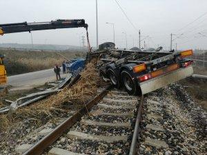 Sakarya'da süt tankeri demiryoluna devrildi: 2 ölü
