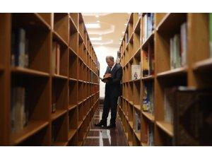 Bakan Akar ve komutanlardan Kütüphane ziyareti