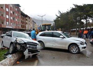 Elbistan'daki kazada araçta sıkışan sürücü yaralandı
