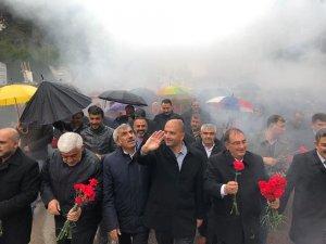 AK Partililer sağanak yağmur altında zafer yürüyüşü
