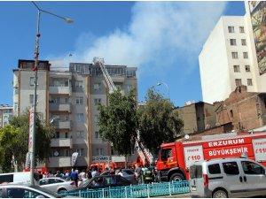 6 katlı binanın çatısı cayır cayır yandı