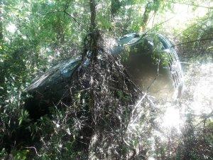 Lastiği patlayan araç, 30 metrelik uçuruma yuvarlandı