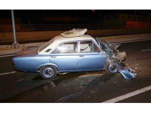 Odun yüklü kamyona çarpan otomobil hurdaya döndü