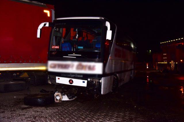 Yolcu otobüsü TIR'a çarptı: 17 yaralı