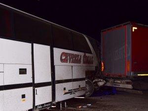 Konya'dan giden olcu otobüsü tıra çarptı: 17 yaralı