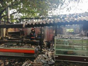 Çiftlikte çıkan yangında mutfak kısmı alevlere teslim oldu