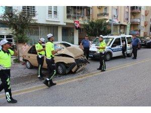 Otomobilin otobüsle çarpıştığı kaza anı kamerada