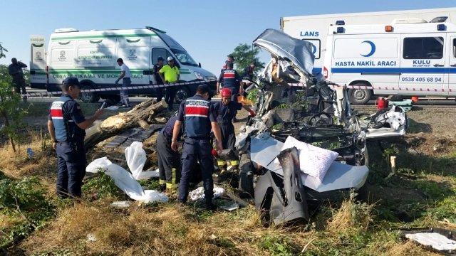 Konya'da hafif ticari araç ağaca çarptı: 3 ölü