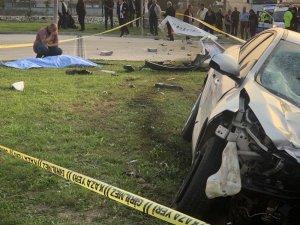 Otomobil yol kenarında bekleyenlere çarptı: 1 ölü