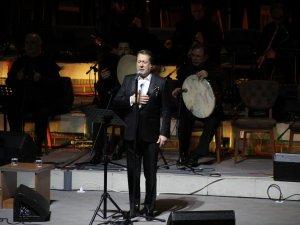 Türk Tasavvuf Müziğinin Üstadı Ahmet Özhan performansıyla davetlilerden tam not alıyor.