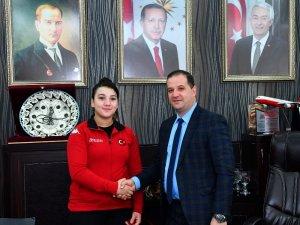 Büyüklerde Türkiye rekoru kıran 14 yaşındaki başarılı halterci altınla ödüllendirildi