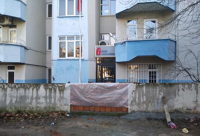 Makam aracı haczedilince bahçesinden vergi dairesine geçen yola duvar ördürdü