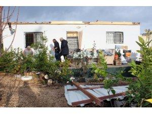 Mersin'de şiddetli fırtına evin çatısını uçurdu