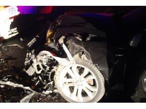 İki araç kafa kafaya çarpıştı 5 yaralı