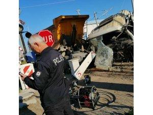 Mersin'de tren hafriyat kamyonuna çarptı: 1 ölü