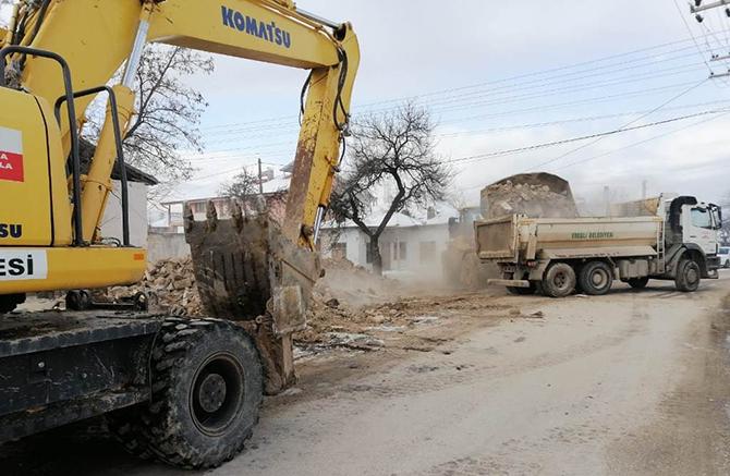 Eeğli'de metruk binalar yıkılıyor