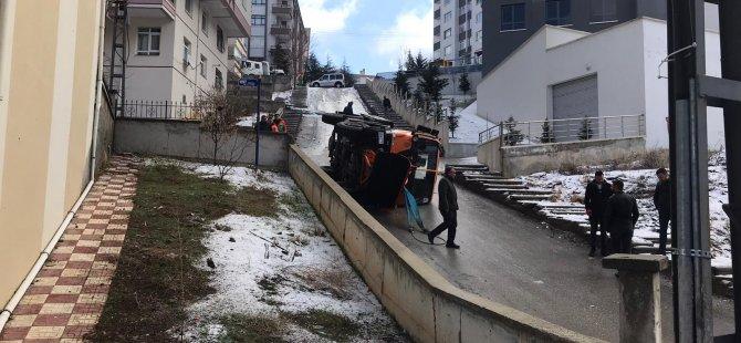 Kar temizleme ve tuzlama kamyonu devrildi: 1 yaralı