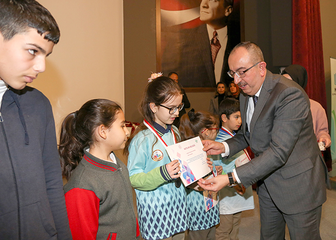 Akıl ve Zeka Oyunlarında başarılı olan öğrencilere madalya