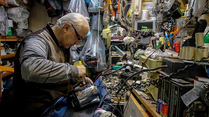 Elektronik ev aletlerini 63 yıldır tamir ediyor