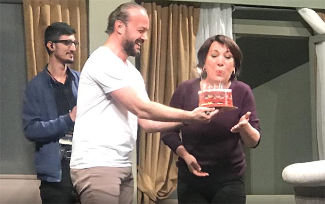 Oya Başar 64. doğum gününü sahnede kutladı