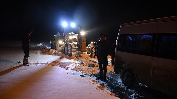 Tipi nedeniyle yolda mahsur kaldılar! 40 kişi 5 saatte kurtarıldı