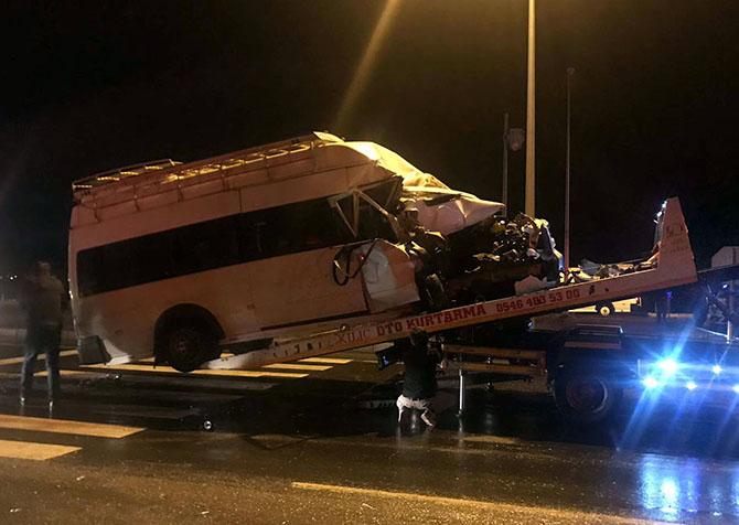 Aksaray'da mevsimlik işçileri taşıyan minibüs ile kamyon çarpıştı: 11 yaralı