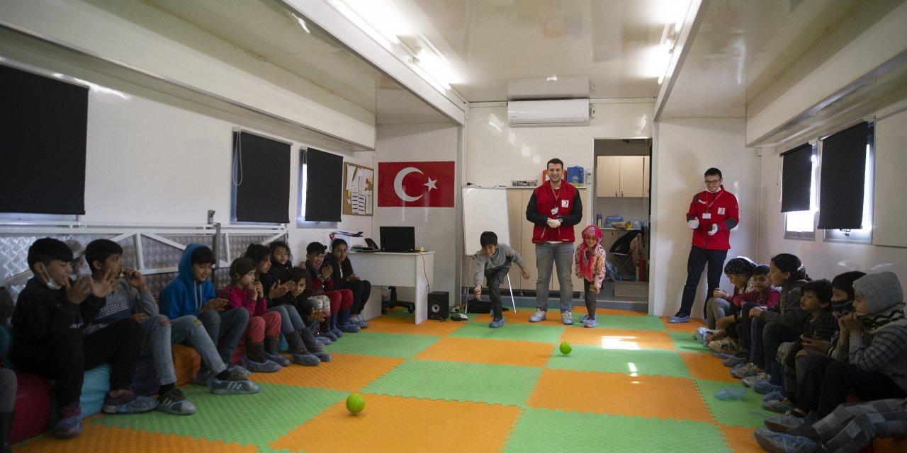 Türkiye sınırdaki sığınmacılara yardım elini uzatıyor