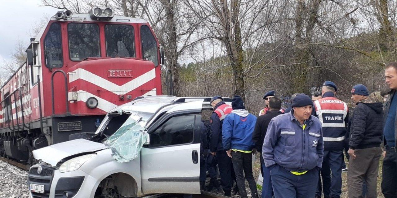 Tren, hafif  ticari araca çarptı: 2 ölü, 2 yaralı
