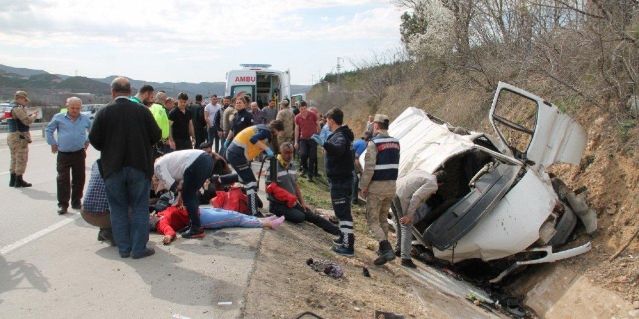 Amasya'da minibüs şarampole yuvarlandı. İlk belirlemelere göre 9 kişi yaralandı.