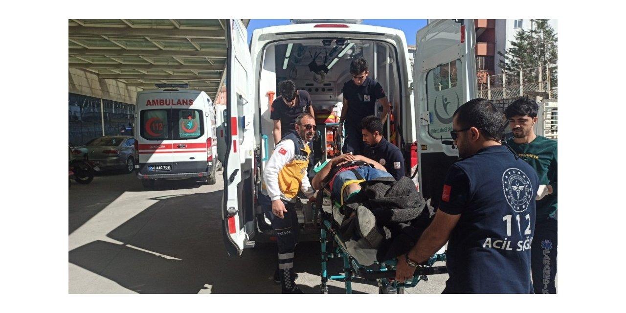 Siirt'te kontrolden çıkan pikap park halindeki otomobile çarptı: 3 yaralı