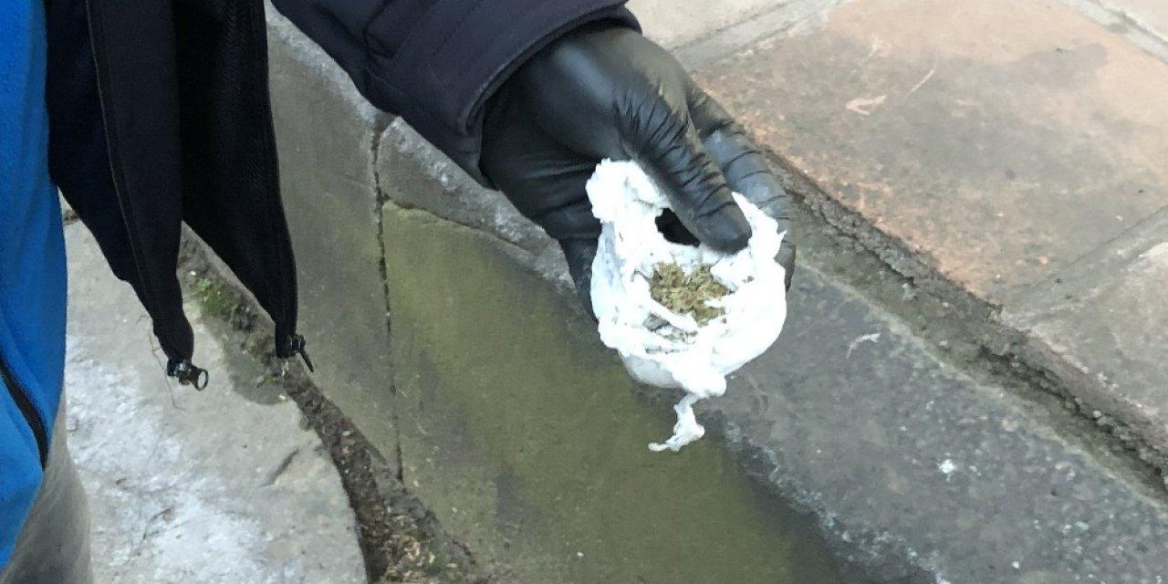 Uyuşturucu satıcıları bunu da yaptı, türbeye uyuşturucu sakladı