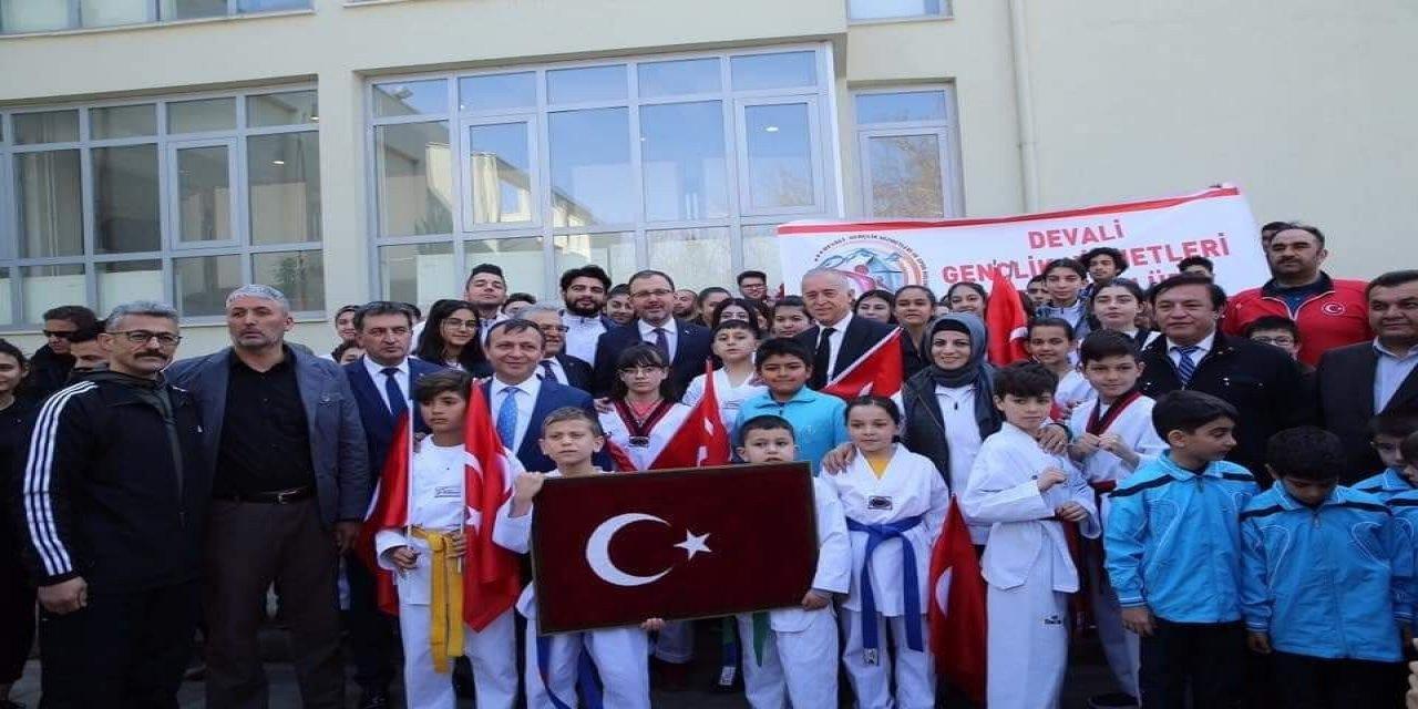 Gençlik ve Spor Bakanı Kasapoğlu'na Develili gençlerden anlamlı hediye