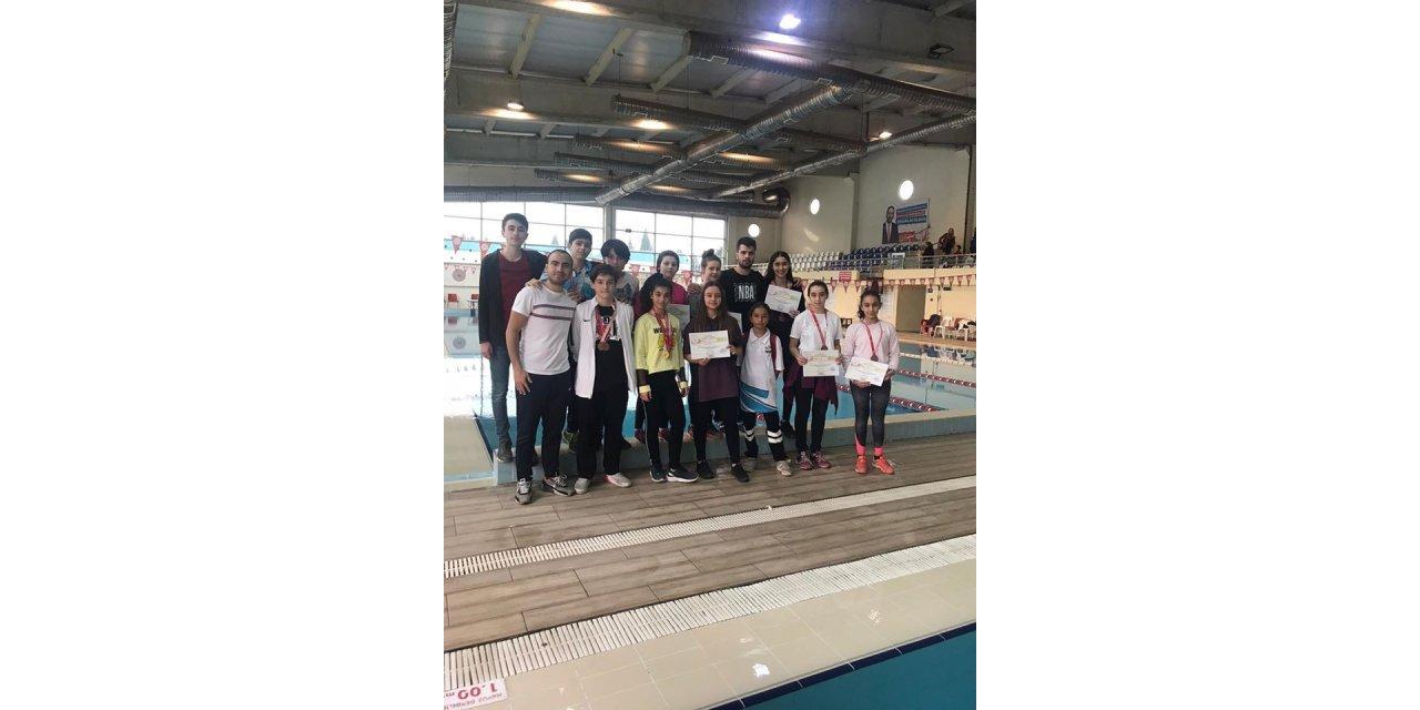 Bilecikli yüzücülerden madalyaları topladı