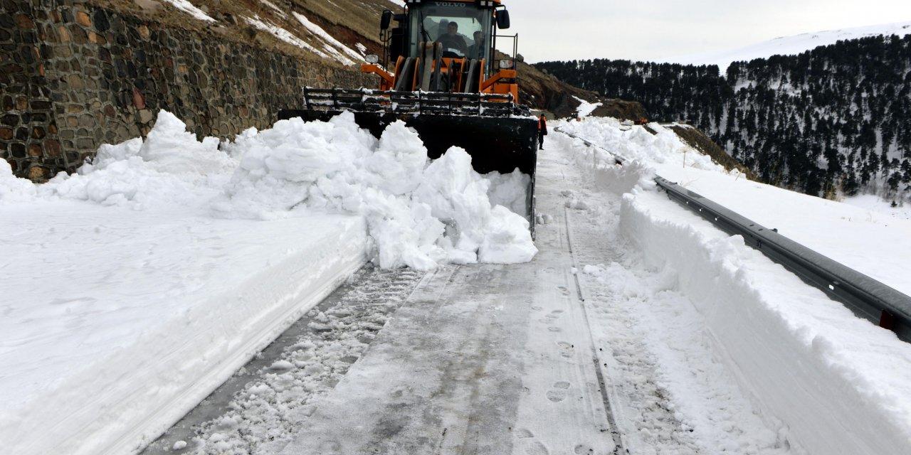 Çığ tehlikesi nedeniyle kapalı olan Ardahan-Ardanuç kara yolu ulaşıma açıldı
