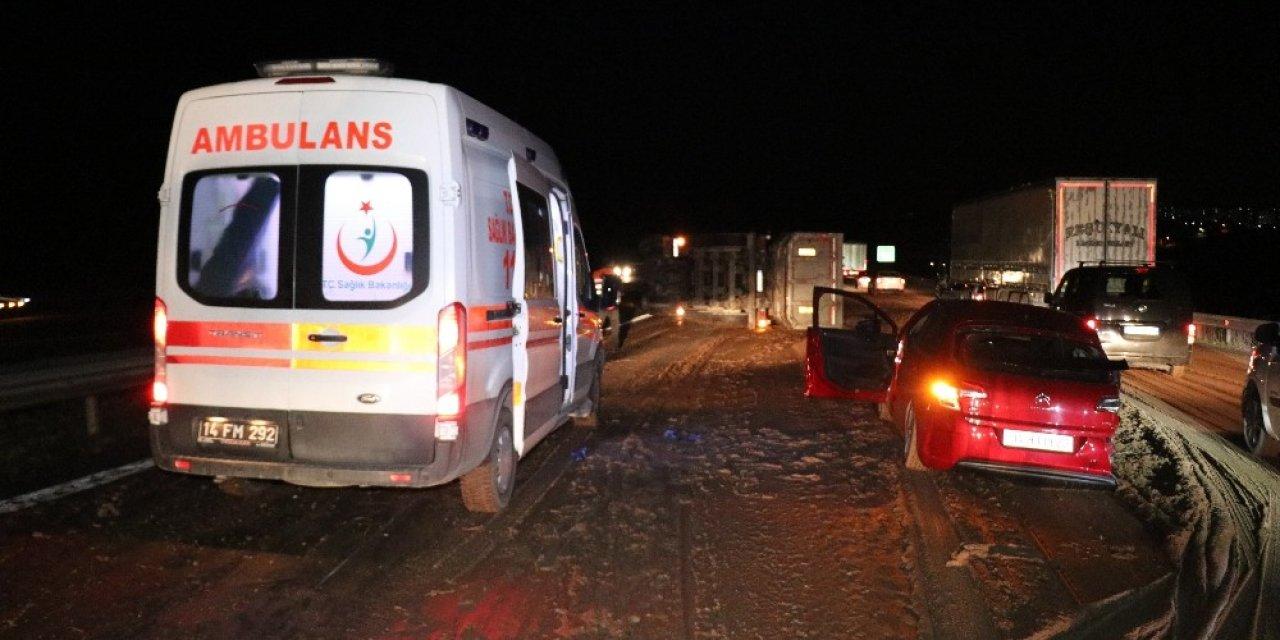 TEM'de önündeki otomobile çarpan gübre yüklü kamyon devrildi