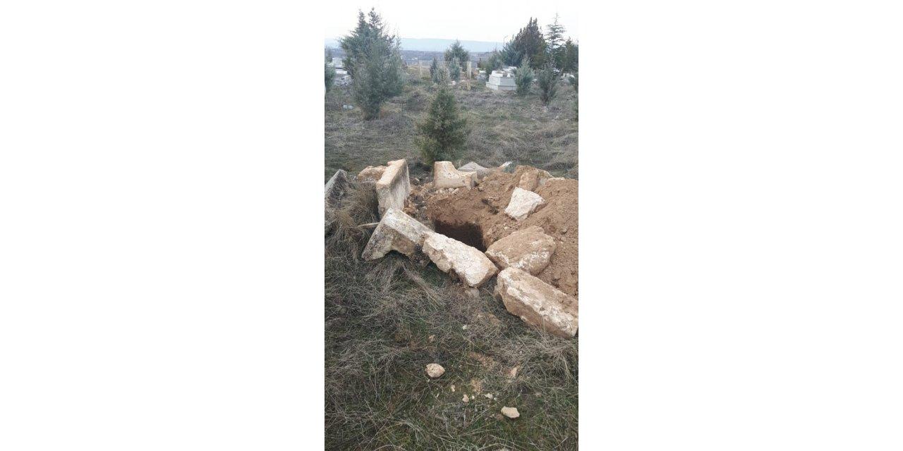Malatya'da 4 mezar kimliği belirsiz kişiler tarafından açıldı