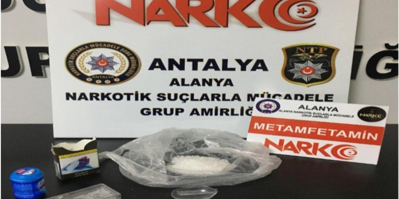 Alanya'da uyuşturucu tacirlerine otel odasında baskın