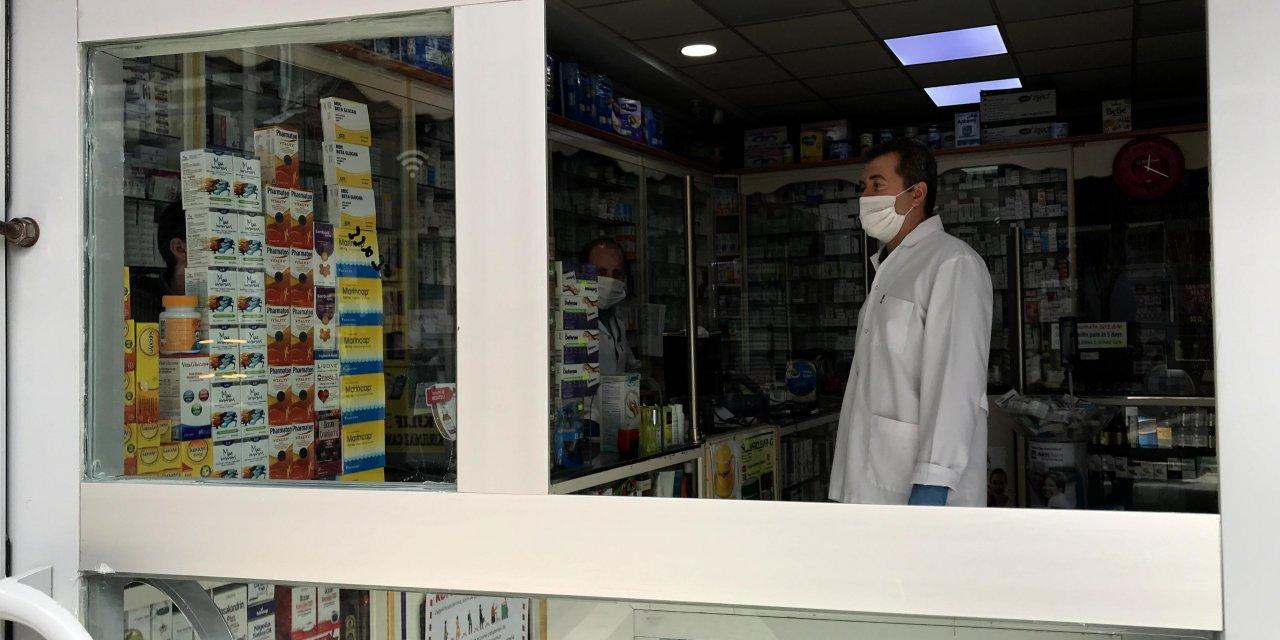 """Eczaneden """"sosyal mesafe pencereli"""" koronavirüs önlemi"""