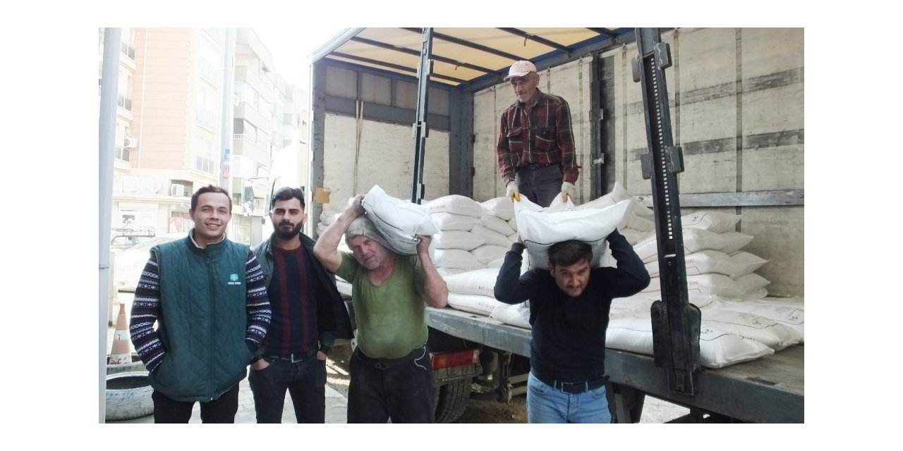 Burhaniye'de yazlık ekilişler başladı gübre satışları arttı