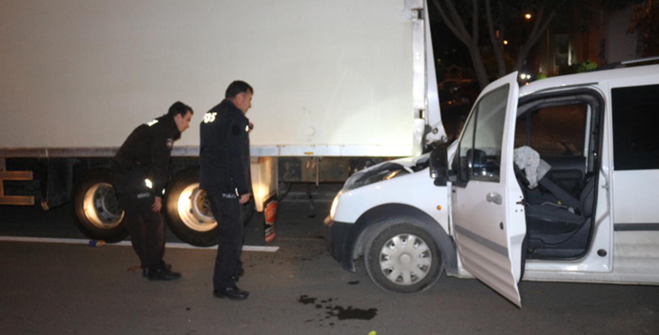 Park halindeki tıra çarpan kamyonetin şoförü olay yerinden kaçtı