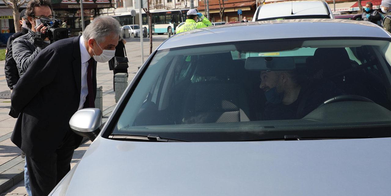 Konya Valisi Toprak trafik denetimine katıldı! Polislere çikolata ikram etti