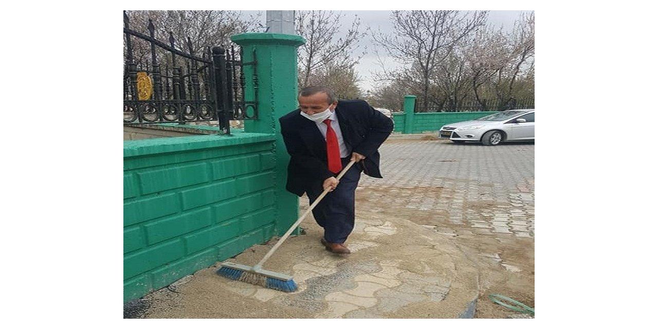 Başkan Koçer maske dağıttı ve dezenfekte çalışmalarına katıldı
