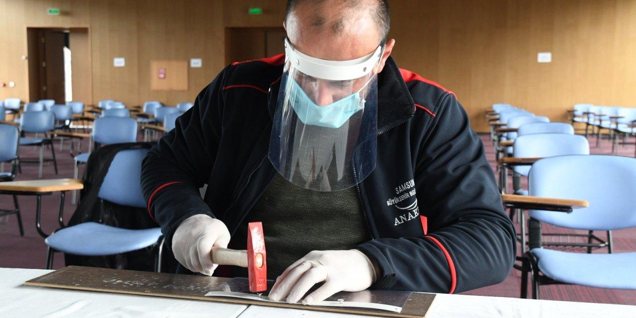 Samsun'da sağlık çalışanları için siperlik üretiliyor