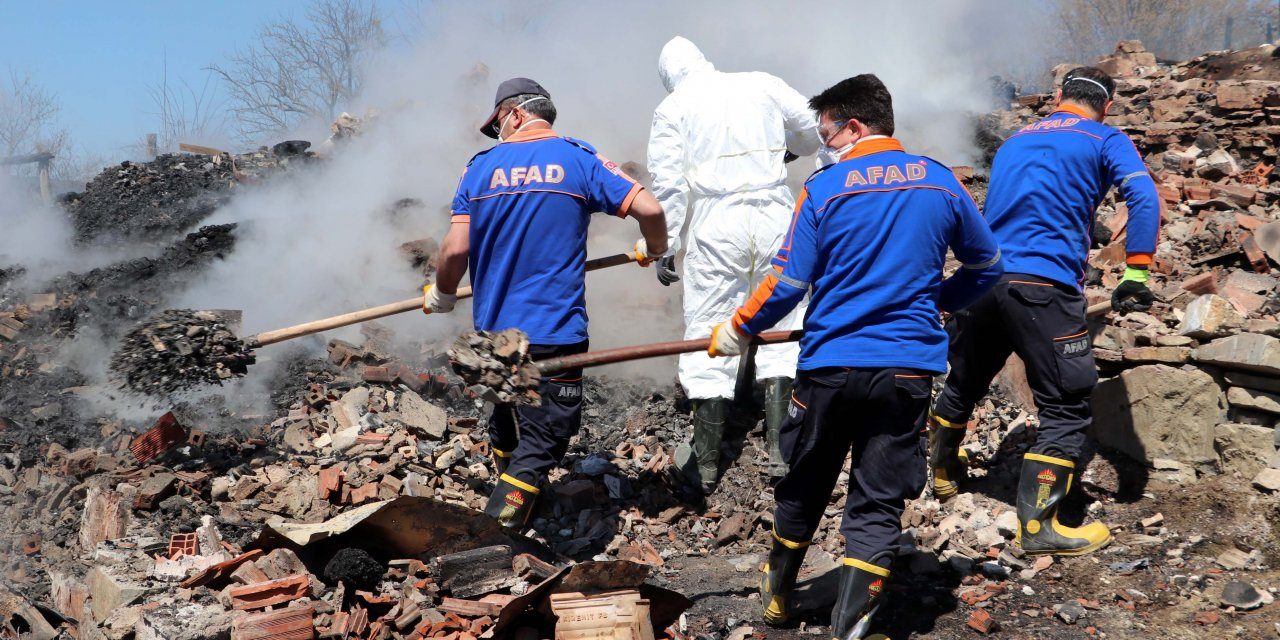 Kastamonu'da çıkan yangında 3 katlı ev yandı