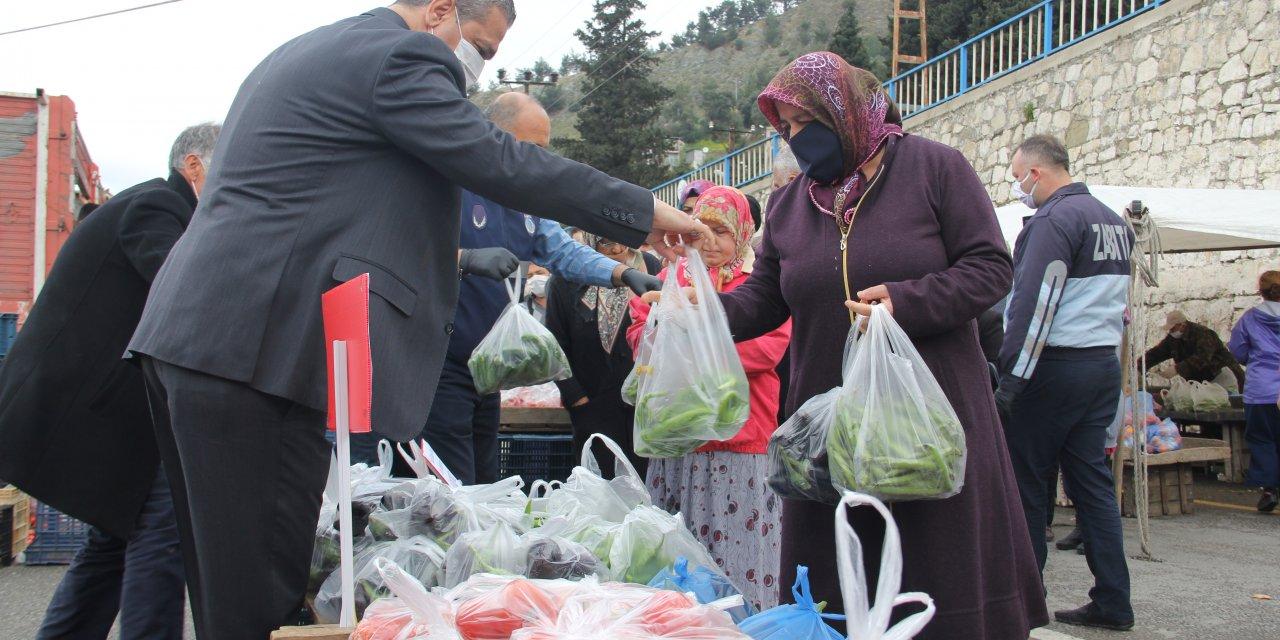 Pazarda ücretsiz meyve ve sebzeyle ihtiyaç sahiplerine belediyeden destek