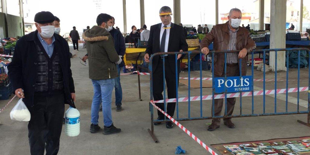 Suşehri ilçesinde halk pazarında vatandaşlara maske dağıtıldı